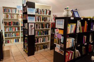 Bücherregale im Laden von Books4Life Wien