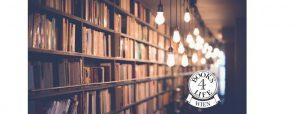 Bücherregale im Lager, davor hängen Glüchbirnen