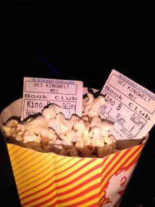 Zwei Kinokarten in einer Popcorn-Packung