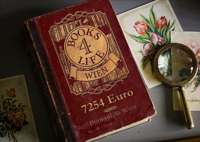Auf einem alten Buch stehen das Logo und die Spendeneinnahme von Books4Life Wien im Vereinsjahr 2018/19: 7254 Euro